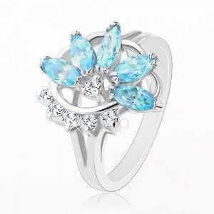 Pierścionek o lśniących rozdzielonych ramionach, niebiesko-przezroczysta połowa kwiatka obraz