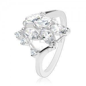 Błyszczący pierścionek srebrnego koloru, wyszlifowane przezroczyste ziarenka, okrągłe cyrkonie obraz