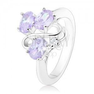 Błyszczący pierścionek, trzy owalne jasnofioletowe cyrkonie, falisty pas obraz