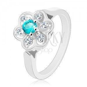 Błyszczący pierścionek ozdobiony przezroczystym kwiatkiem z cyrkonią jasnoniebieskiego koloru obraz