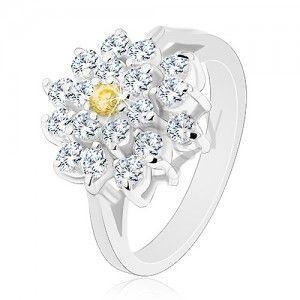 Pierścionek w srebrnym odcieniu, duży cyrkoniowy kwiat bezbarwnego koloru, żółty środek obraz