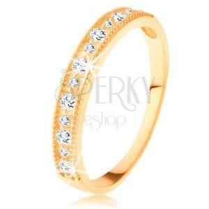 Błyszczący pierścionek z żółtego 14K złota - pas przezroczystych cyrkonii w karbowanej oprawie obraz