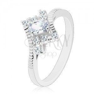Lśniący pierścionek srebrnego koloru, nacięcia na ramionach, przezroczysty cyrkoniowy owal obraz