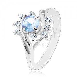 Pierścionek w srebrnym odcieniu, okrągła jasnoniebieska cyrkonia, błyszczące przezroczyste łuki obraz