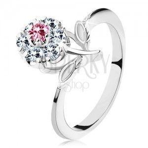 Lśniący pierścionek z różowo-przezroczystym cyrkoniowym kwiatkiem, łodyga z listkami obraz