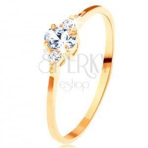 Złoty pierścionek 585 - przezroczysta owalna cyrkonia, małe cyrkonie po bokach obraz