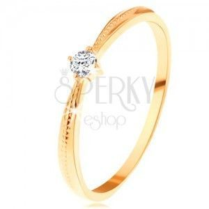 Zaręczynowy pierścionek z żółtego 14K złota - okrągła przezroczysta cyrkonia, nacięcia na ramionach obraz