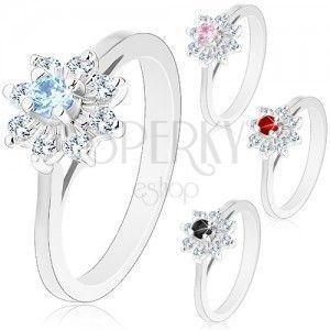 Błyszczący pierścionek w srebrnym odcieniu, zwężone ramiona, cyrkoniowy kwiatek obraz