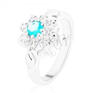 Lśniący pierścionek srebrnego koloru, jasnoniebieska cyrkonia z przezroczystymi płatkami, listki obraz