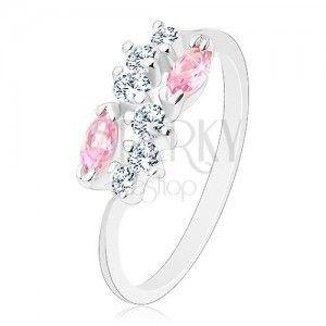 Lśniący pierścionek o zwężonych ramionach, srebrny kolor, bezbarwna fala i różowe ziarna obraz