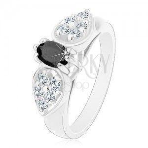 Lśniący pierścionek w srebrnym odcieniu, błyszcząca kokardka z czarnym owalem obraz