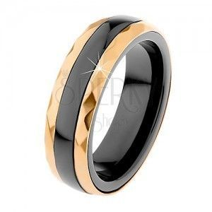 Ceramiczny pierścionek czarnego koloru, oszlifowane stalowe pasy w złotym odcieniu obraz