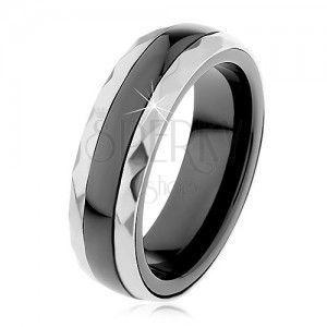 Ceramiczny pierścionek czarnego koloru, wyszlifowane stalowe pasy w srebrnym odcieniu obraz