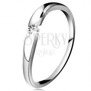 Diamentowy pierścionek z białego 14K złota - brylant bezbarwnego koloru w ukośnym wycięciu obraz