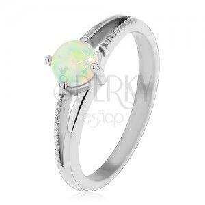 Błyszczący pierścionek ze stali L, srebrny odcień, okrągły syntetyczny opal, nacięcia obraz