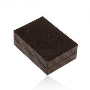 Lśniące skórzane pudełeczko na kolczyki, powierzchnia brązowego koloru z nacięciami obraz