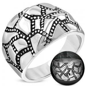 Masywny stalowy pierścionek srebrnego koloru, falista powierzchnia, patynowane pasy obraz