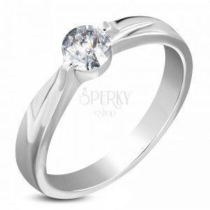 Stalowy zaręczynowy pierścionek srebrnego koloru, bezbarwna cyrkonia, ramiona z nacięciem obraz