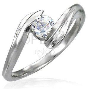 Stalowy zaręczynowy pierścionek z cyrkonią umieszczoną pomiędzy końcami ramion obraz