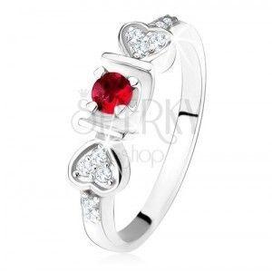 Lśniący pierścionek - srebro 925, różowa okrągła cyrkonia w rowku, serduszka, przezroczyste kamyczki obraz