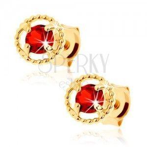 Kolczyki z żółtego złota 9K - karbowany zarys koła, czerwony granat obraz