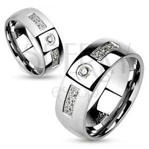Stalowy pierścionek, srebrny kolor, lśniące gładkie ramiona, przejrzyste cyrkonie obraz