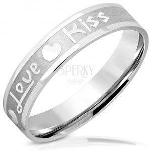 """Obrączka z stali - matowy pasek z błyszczącymi krawędziami, napisem """"Love"""" i """"Kiss"""", serca, 5 mm obraz"""
