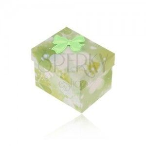 Zielono-białe pudełeczko na pierścionek lub kolczyki, wzór trójlistków, kokardka obraz