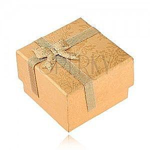 Złote pudełeczko na pierścionek ozdobione wstążką i kokardką, złote róże obraz