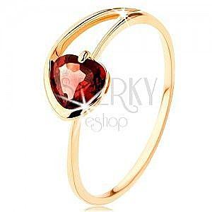 Pierścionek z żółtego 14K złota - czerwone serduszko z granatu, asymetryczne ramiona obraz