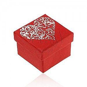 Upominkowe pudełeczko w czerwonym odcieniu, duże ozdobione serce srebrnego koloru obraz