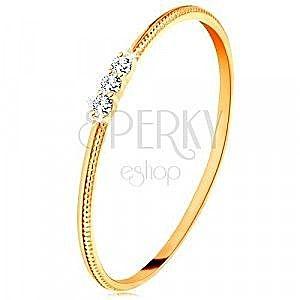 Pierścionek z żółtego 9K złota - cienkie ramiona z nacięciami, trzy bezbarwne cyrkonie obraz