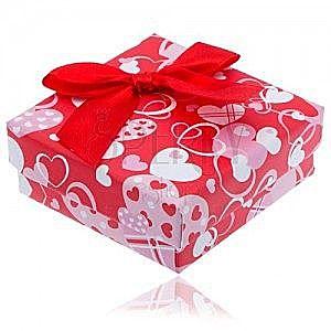 Czerwone pudełeczko na prezent w serduszka z czerwoną kokardą obraz