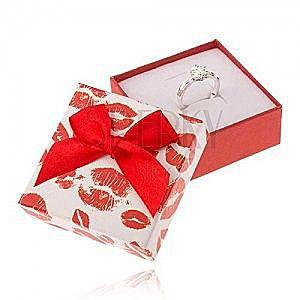 Czerwono-białe pudełeczko na biżuterię, odbicia ust, kokardka obraz