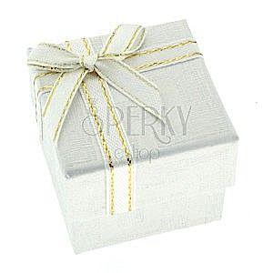 Białe pudełeczko na prezent z greckim wzorem i wstążką obraz