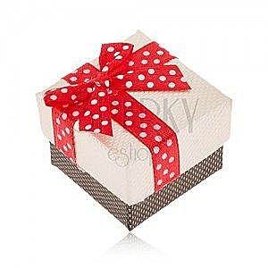 Beżowo-brązowe pudełeczko na pierścionek, czerwona wstążka z białymi kropkami obraz
